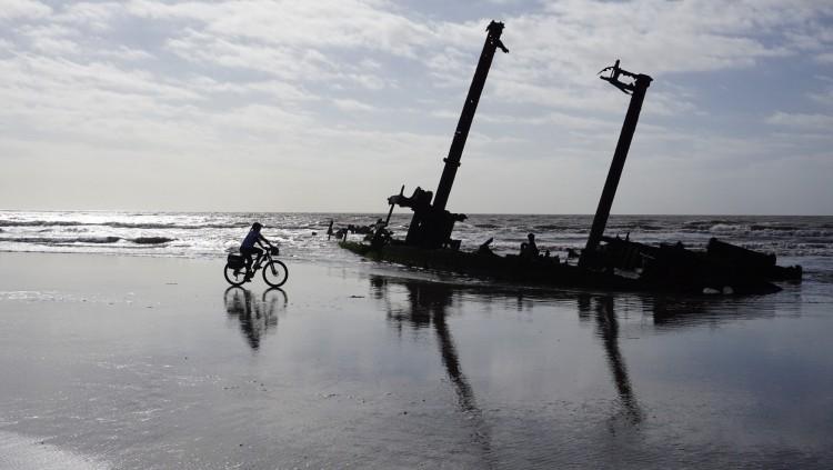 O restos do navio Altair que encalhou na praia do Cassino