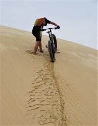 A areia muito fofa que afunda até a canela