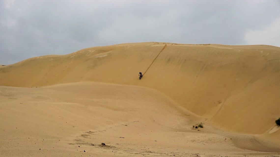 fatbike descendo dunas de Itapiruba