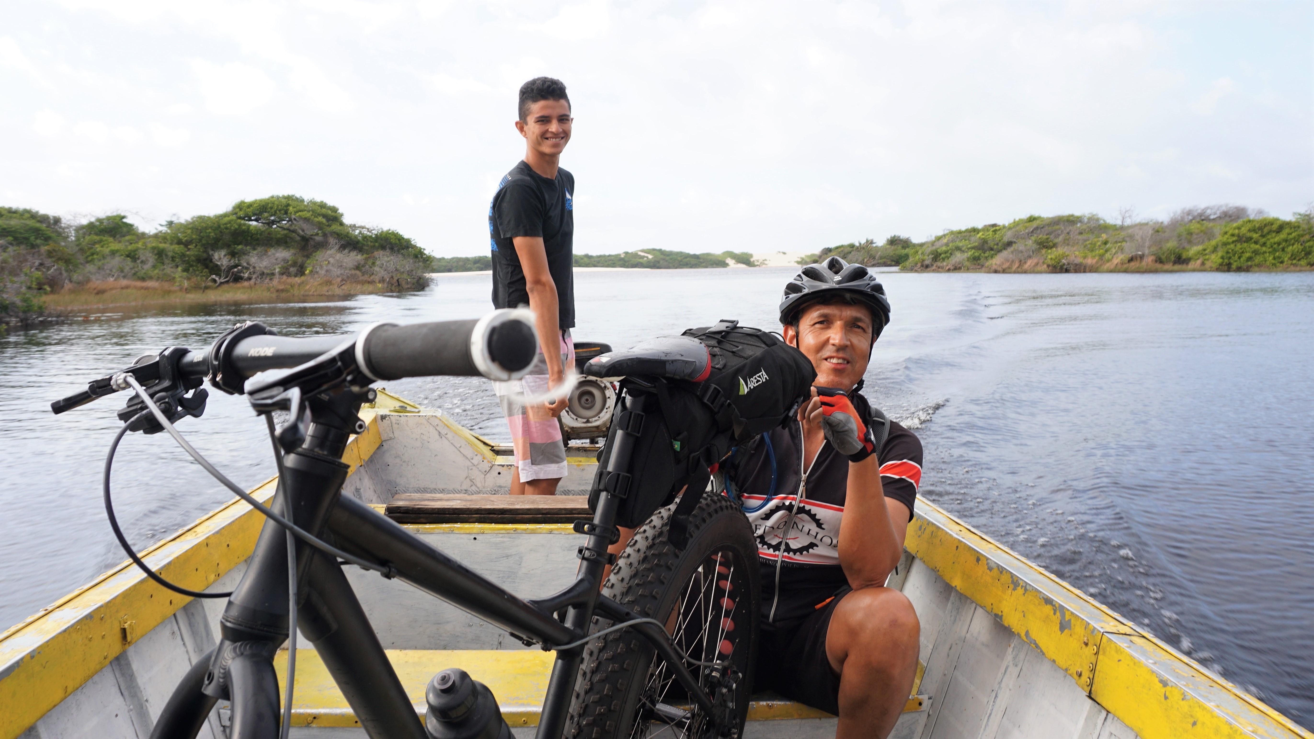 Júnior guiando o barco pelo Rio Alegre
